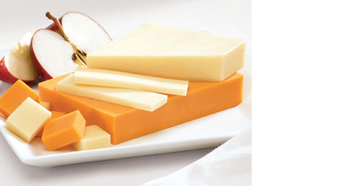 Keju Cheddar terdapat dalam warna kuning, putih dan kepingan
