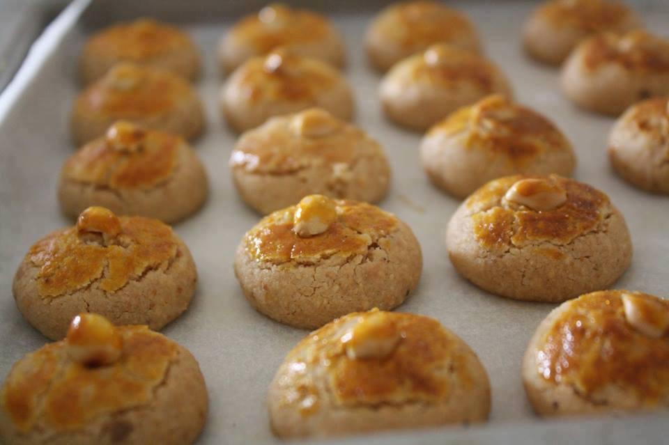 Jom kita buat biskut kacang gebu dengan minyak mazola untuk koleksi resepi biskut raya tahun ini. Nak lagi cantik, sapukan dengan berus kuning telur di atas permukaan biskut kacang ya.