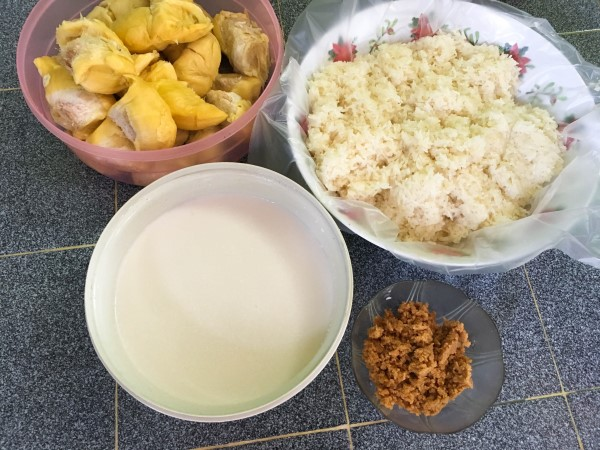 Siapa penggemar pulut durian ? Memang sedap makan campur santan dan gula melaka kan.Dengan pulut yang harum ditanak dalam periuk, tambahkan parutan gula melaka memang kombinasi terbaik.So selain daripada pulut mangga, boleh la cuba pulut durian ni.Sedapnya