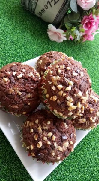Apakata anda cuba muffin coklat yang sangat mudah ni.Bahan - bahan untuk membuat muffin ni pon senang.Guna tepung gandum,serbuk koko dan bahan lain.Nak hias muffin coklat ni dengan coklat chip pon sedap sangat tau.