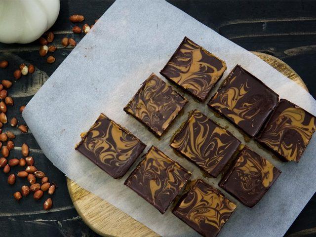 Sedapnya lahai coklat peanut butter bar ni,yang bestnya tak perlu bakar pon resepi coklat peanut ni.Kukus pun tak perlu. Hancur-hancur tekanan padat.Simpan dalam peti.Setel.Mudah kan.