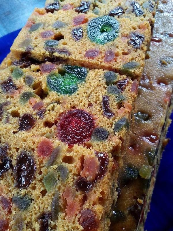 Nampak pun dah tau sedap kan kek kismis kukus ni kan.Kami beri bukan sahaja resepi tapi tips untuk dapatkan kek yang lembab serta tahan lama. Oh ya kek kismis ni antara kek legend Sarawak ya selain kek lapis.