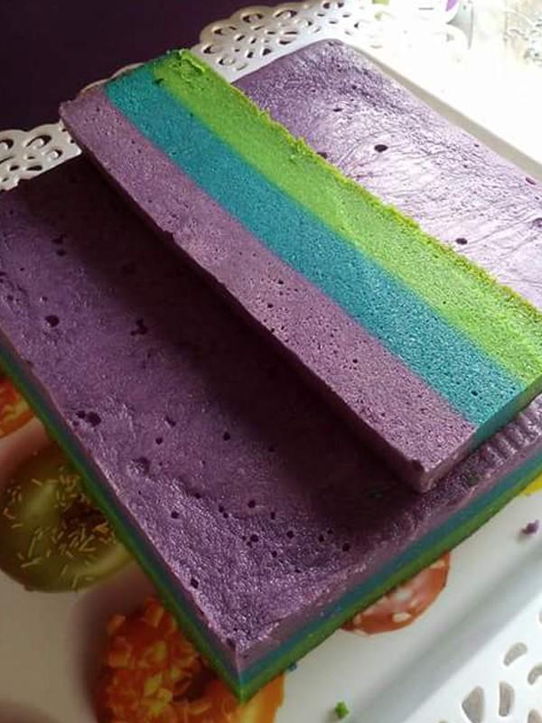 Senang buat kek lapis kukus bila dah ada tips tambahan ni.Kukus kek menggunakan api sederhana sahaja untuk elakkan kek menjadi berombak. Kalau mencari resepi kek kukus Sarawak yang senang , rasanya ini adalah salah satunya.