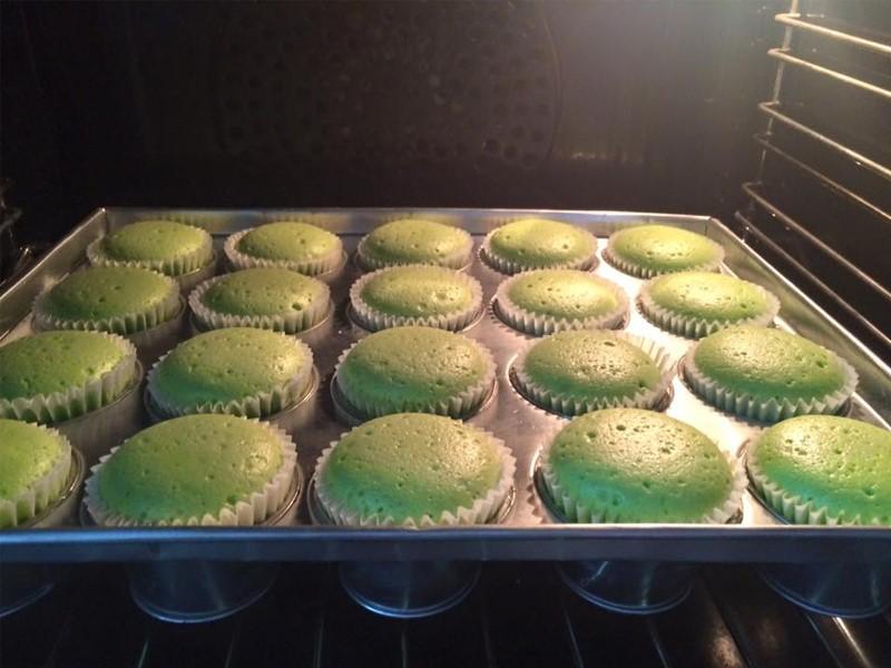 Nak hasilkan kek pandan gula melaka yang sedap dan menarik ? Memang kena cuba la resepi ni tau.Tips untuk dapatkan kek pandan yang sedap adalah gunakan unsalted butter dan juga sewaktu nak hias kek, titiskan karamel gula melaka