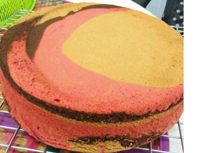 Sedapnya bila buat kek guna resepi kek marble gebu ni.Memang puas hati tengok kek lembut sangat bila masak.Nak bakar kek marble ni guna suhu rendah je.