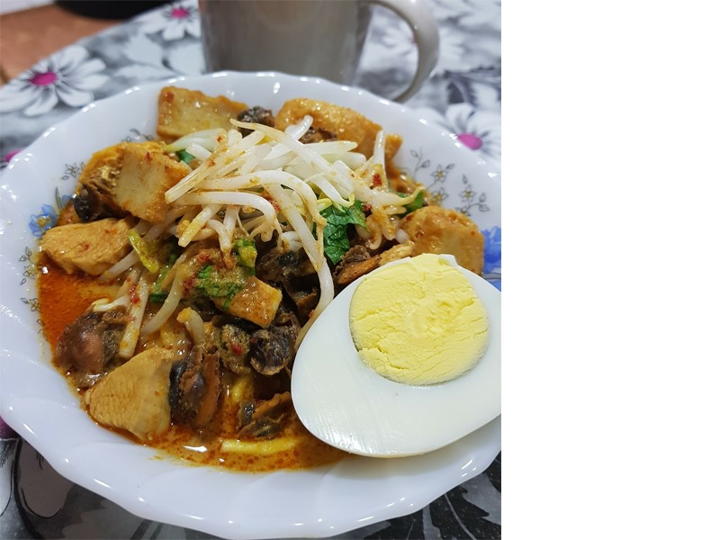 Ini baru betul mee kari resepi sedap.Hirup kuah sampai licin dengan kuah yang manis hasil stokl rebusan udang dan juga tips lain.Tambah pula dengan kerang.