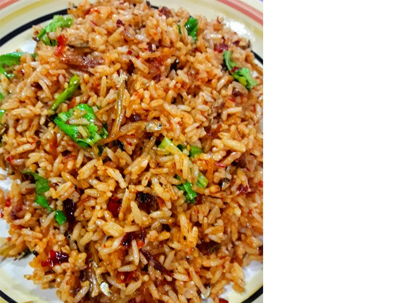Sedapnya resepi nasi goreng simple camni.Tumbuk cili kering dengan bawang lepas tu buh ikan bilis.Kalau xde ikan bilis guna ikan rebus goreng buh dalam nasi kan.