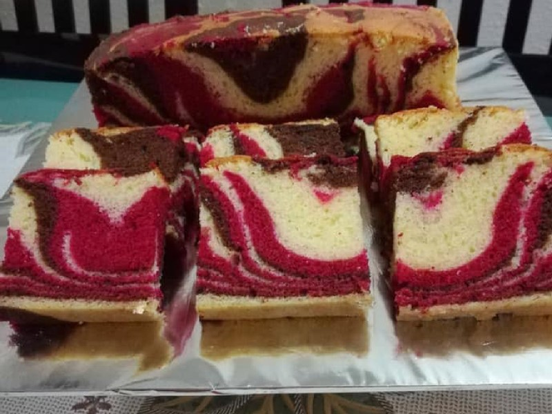 Gebu dan lembut sekali resepi kek red valvet marble ni. Yang bertambah sedap bila ditambah dengan coklat.Dah la kek berbau harum tapi senang je untuk buat.