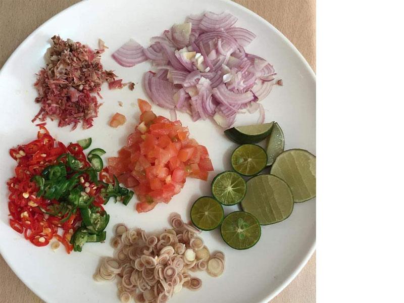 Untuk tambahkan selera makan anda, kami berikan resepi kerabu ikan bilis rangup.Sangat sesuai dimakan dengan nasi putih panas.Bertambah la jawabnya makan.
