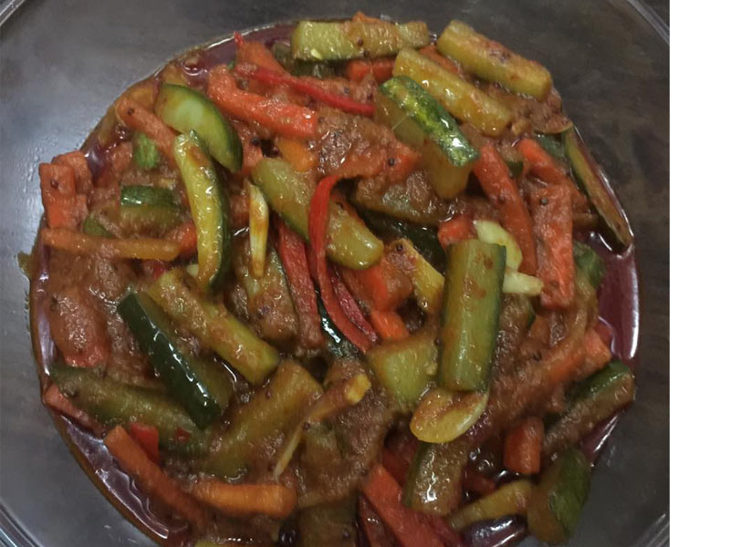Sedapnya resepi acar rampai rangup ni bila makan dengan nasi minyak, nasi beriani kan. Ada pula ayam masak merah, daging masak hitam.Memang lengkap.Best