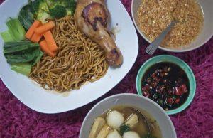 Sedap pula makan resepi mee kicap ni. Lengkap dengan sayur, bawang putih rangup, lauk , bebola ikan. Aduhai. Boleh buat sendiri di rumah. Senang sangat ni.