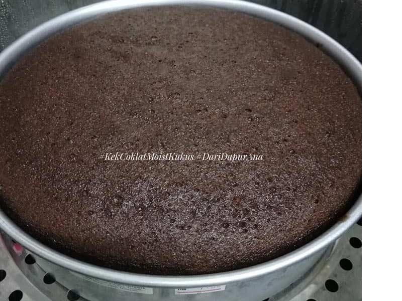 Memang best dan senang hasilakn resepi kek coklat kukus ni. Tak perlu nak mixer bagai, pakai blender dan kukus sahaja. Lepastu tuang topping istimewa.Cubalah