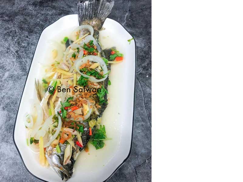 Sedap sungguh resipi ikan siakap stim limau bila dimasak cara seperti ini. Isi ikan tetap pejal dan juga rasa hanyir ikan tiada langsung. kena cuba tau.