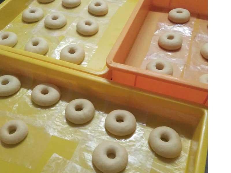 Kami mahu kongsikan resipi donut gebu gebas yang senang untuk anda hasilkan di rumah. Sama ada guna mesin dan juga guna tangan,hasil dia berbaloi.Best