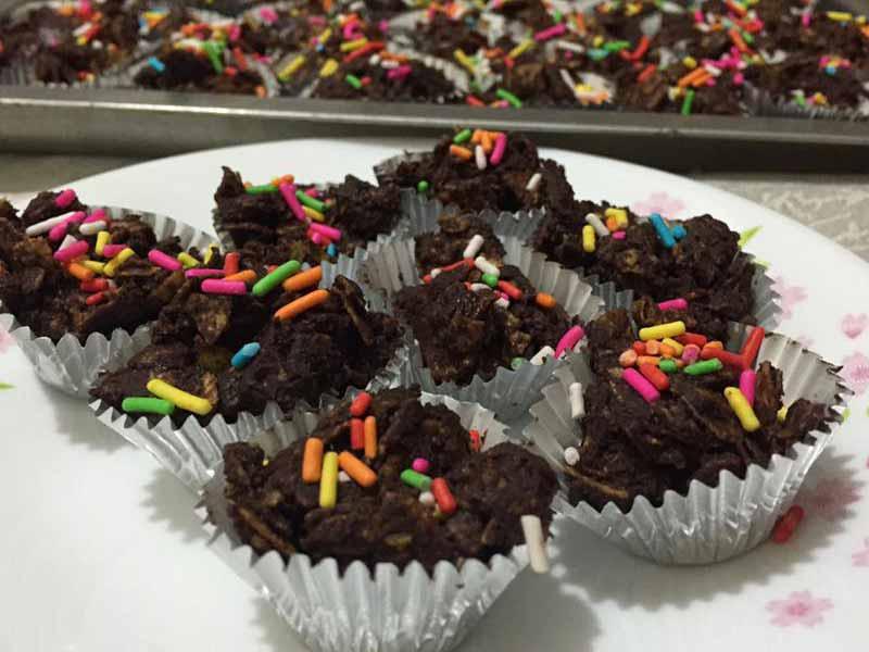 Kalau rasa biskut raya masih belum meriah, apa kata cuba resepi cornglake coklat rangup ni. Mudah pun mudah untuk dibuat. Boleh minta anak-anak bantu sama kan